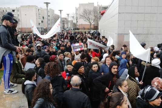 Des manifestant brandissent une banderole « Justice pour Théo» lors d'une marche à Aulnay-sous-Bois le 6 février.