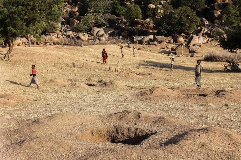 De multiples terriers sont creusés partout à Tongoli pour s'y refugier lors des bombardements