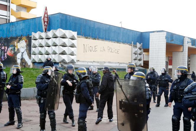 Des policiers près du commissariat d'Aulnay-sous-Bois, au nord de Paris, le6février2017.