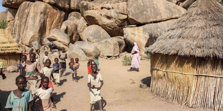 Des enfants dans le village de Tongoli, encerclés par les montagnes.