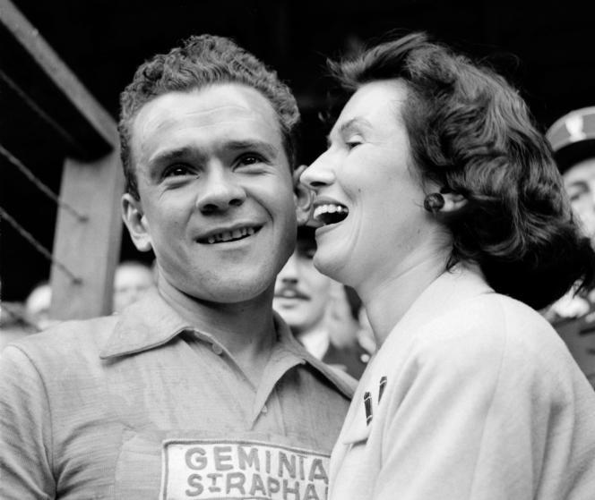 Le Français Roger Walkowiak, le 28 juillet 1956, à l'arrivée de la 22ème étape du Tour de France, disputée entre Montluçon et Paris.
