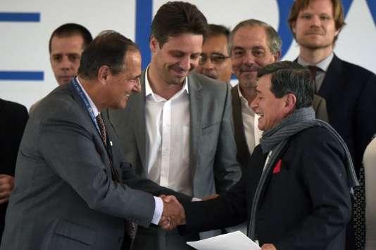 Le représentant du gouvernement colombien Juan Camilo Restrepo (à gauche), le ministre des affaires étrangères équatorien Guillaume Long (au centre) et le chef de la délégation de l'ELN Pablo Beltran (à droite) lors de la cérémonie de lancement des pourparlers de paix à Sangolqui, en Equateur, le 7 février.