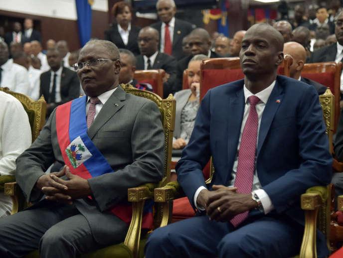 Le président haïtien, Jocelerme Privert, au côté du président haïtien élu, Jovenel Moise, lors de sa cérémonie d'investiture, à Port-au-Prince (Haïti), le 7 février 2017.