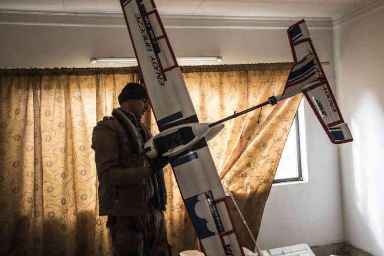 Dans une maison particulière, des soldats découvrent des éléments de fabrication de drones d'observation.