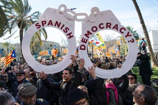 Des indépendantistes catalans venus soutenir Artur Mas devant le palais de justice de Barcelone, le 6 février.