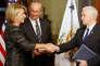 Sous le regard de son époux, Betsy DeVos (à g.) prête serment devant le vice-président des Etats-Unis, Mike Pence (à d.) comme secrétaire à l'éducation, le 7 février.