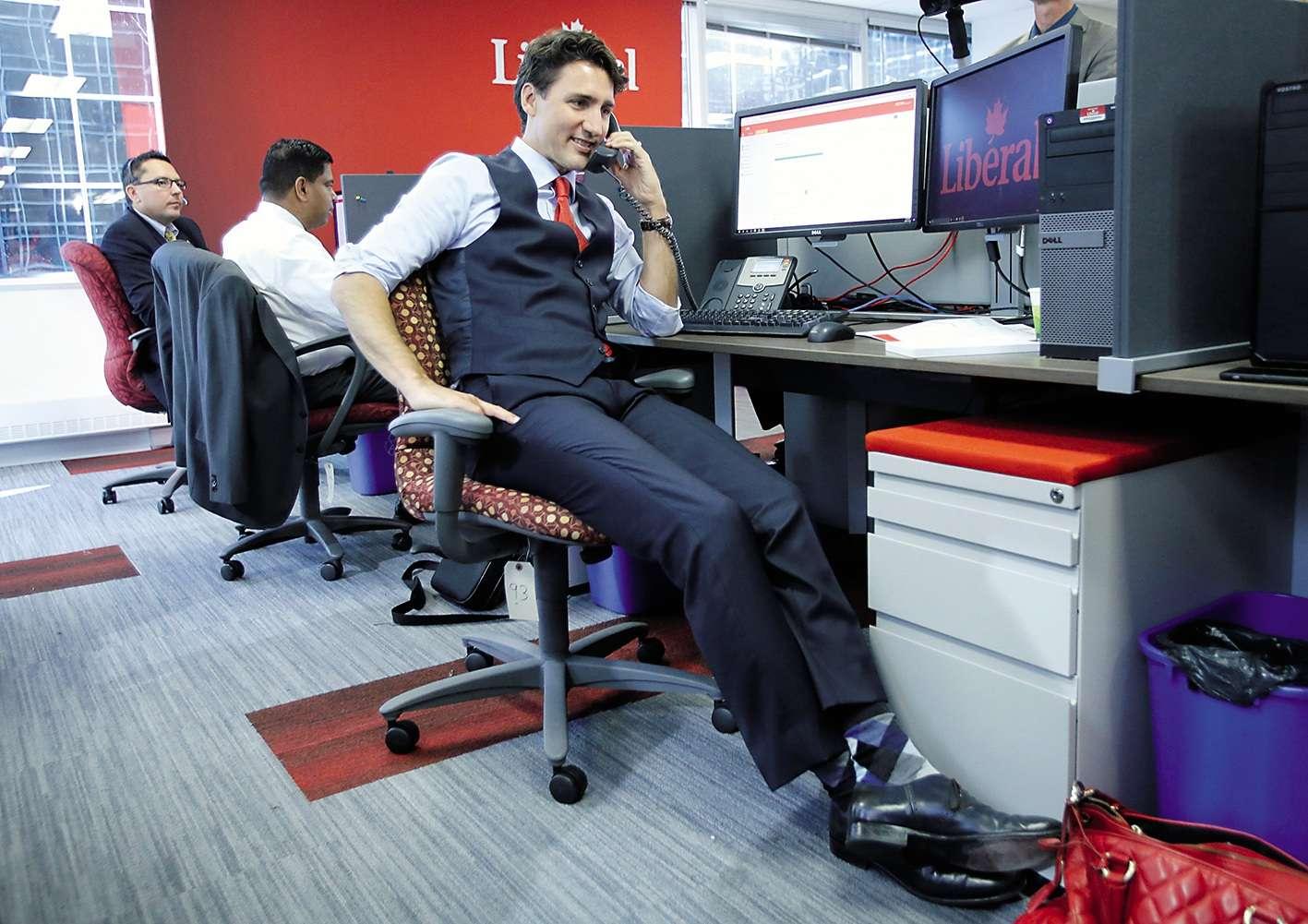 Trois mois ont passé, Justin Trudeau ne prépare plus de pancakes mais il fait toujours de la com. Au bureau du Parti libéral, le premier ministre appelle lui-même des bénévoles pour les remercier de leur implication dans sa campagne victorieuse de 2015. L'occasion pour lui de dévoiler des chaussettes «argyle», un motif à losanges inspiré du tartan écossais du Clan Campbell, inventé au XVIIe siècle et presque aussi désagréable à l'œil que le motif de sa chaise à roulettes. Ce qui n'est quand même pas rien.