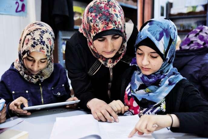 Enseignante réfugiée, Manal Nabulsilutte contre les mariages précoces des jeunes filles.