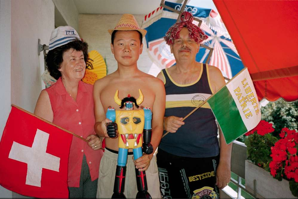 Stéphane Winter est né en Corée du Sud et a été adopté par un couple de Suisses. Il a photographié ses parents dans des mises en scène improbables, drôles, décalées... Ici, la fête nationale suisse, 1er août 2001.