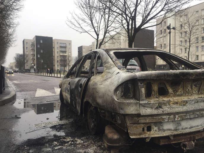 Les restes d'une voiture brûlée le 7 février à Aulnay-sous-Bois, après une manifestation de soutien à Théo L.