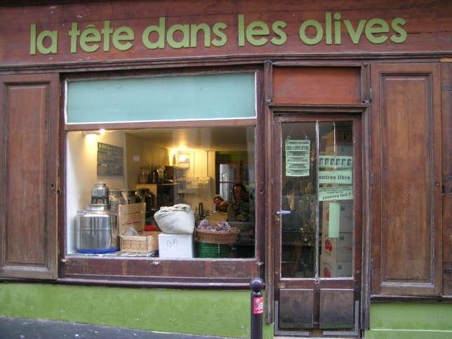 A 20heures, l'épicerie ferme sa porte et devient restaurant pour 5 ou 6 convives.