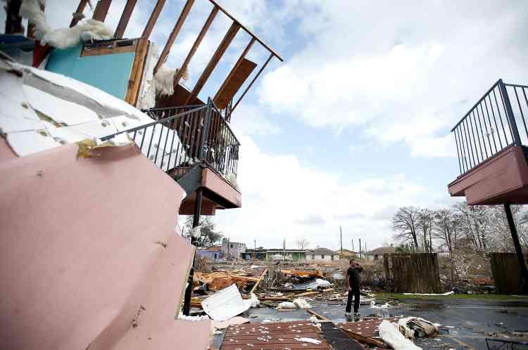 Un homme marche à travers les débris de ce qui était un motel, sur Chef Menteur Highway, à La Nouvelle-Orléans.