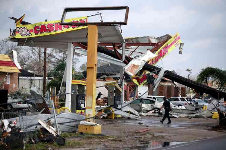 Des images diffusées sur les réseaux sociaux montrent la tornade balayant rues et avenues, détruisant arbres, lignes électriques et habitations sur son passage.