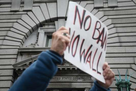 Des manifestants opposés au décret anti-immigration de Donald Trump, devant la cour d'appel de San Francisco en Californie, le 7 février.