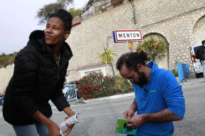 Cédric Herrou avec une migrante érythréenne, à Menton, en février.