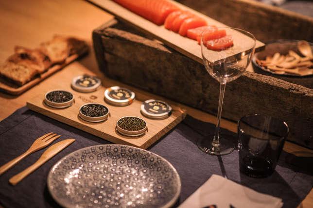La table d'hôtes de la manufacture Kaviari propose de déguster trois types de caviar différents.