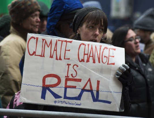 Une manifestante tient une pancarte« le changement climatique est réel», le 9 janvier 2017 à New York.