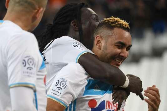 Dimitri Payet (à droite) célèbre son but lors de la rencontre face à Guingamp avec Bafétimbi Gomis, le 8 février.