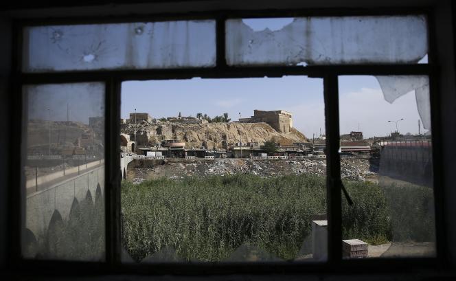 Vue sur la citadelle antique et le siège de la police de Kirkouk à travers les fenêtres de l'Hôtel Jihad dévasté.