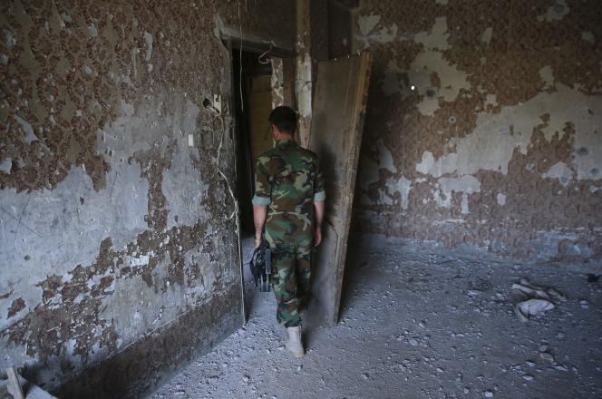 Un membre des forces de sécurité locales dans les décombres de l'Hôtel Jihad, à Kirkouk, le 22 octobre 2016. La veille, des combattants de l'EI s'y étaient retranchés après leur offensive sur la ville.
