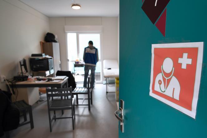 Travailleur social dans un centre d'accueil pour les migrants de l'association Emmaüs, en cours de construction à Ivry-sur-Seine, près de Paris, le 8février.