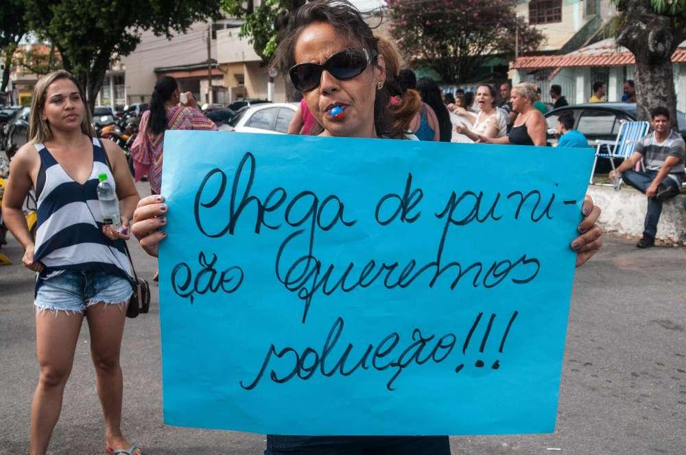 Un membre de la famille d'un policier local porte une pancarte où est écrit « Assez de punitions, nous voulons des solutions !», lors d'une manifestation de soutien à la grève.