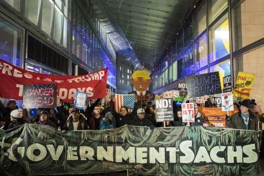 Manifestation contre les deux décrets signés par Donald Trump qui visent à revenir sur la loi Dodd-Frank, le 7 février, à New York.