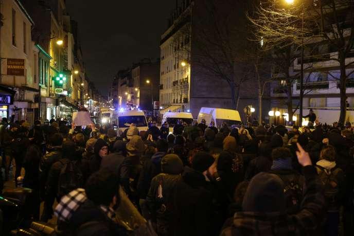 Près de 250 personnes se sont rassemblées à Paris mercredi 8 février en début de soirée pour soutenir le jeune Théo.