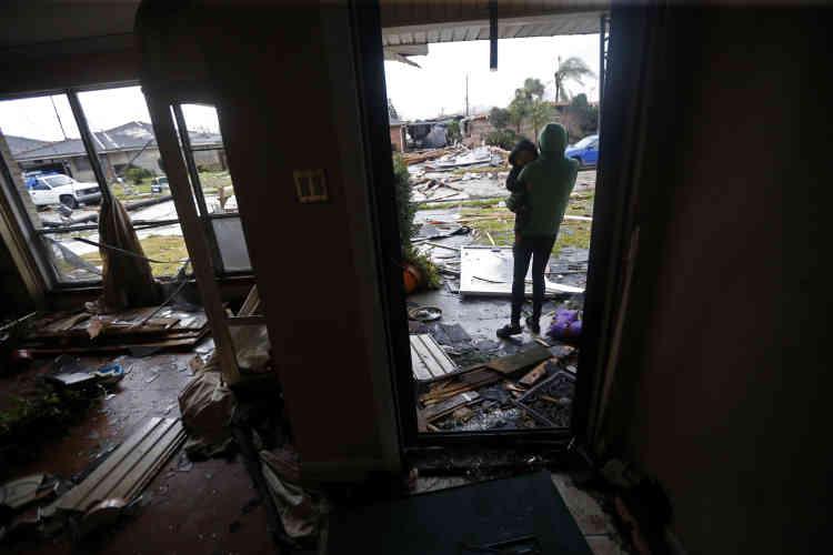 Eshon Trosclair et son fils Camron Chapital dans la maison oùils se trouvaient lorsdu passage de la tornade.