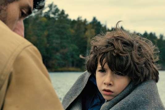 Dans le film « Dans la forêt»,Timothé Vom Dorp joue Tom, un enfant réservé et inquiet,dont le père (Jérémie Elkaïm)adopte un comportement pour le moins étrange…