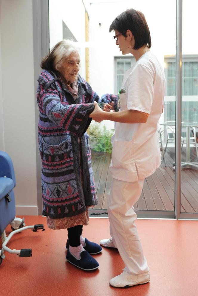 Une aide-soignante aide une personne âgée, le 4 décembre 2010, dansun Ehpad (Etablissement d'hébergement pour personnes âgées dépendantes) à La Rochelle.