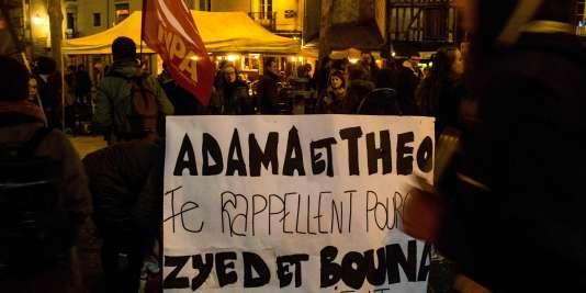 Des manifestants à Rennes portent une bannière rappelant le souvenir de plusieurs victimes présumées d'abus de la police, le 8 février 2017.