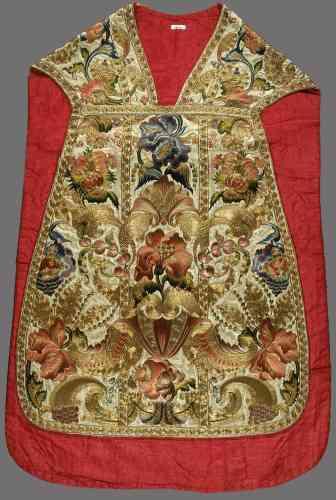 Une chasuble, broderie en soie et fil métallisé, XVIIIe siècle.