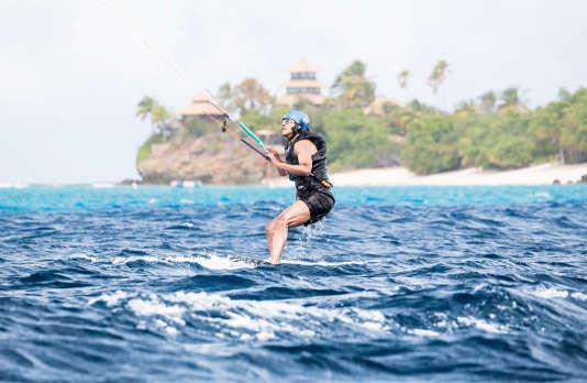L'ancien président Barack Obama a appris le kitesurf en quelques jours aux îles Vierges britanniques. Les équipes de Richard Branson, son hôte, se sont chargées des photos souvenir.