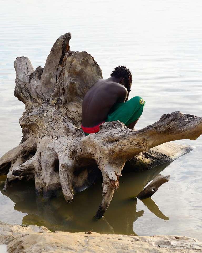 Stephano, jeune bushinengué sur les berges du fleuve Maroni, village de Belicampo, Guyane, 2014.