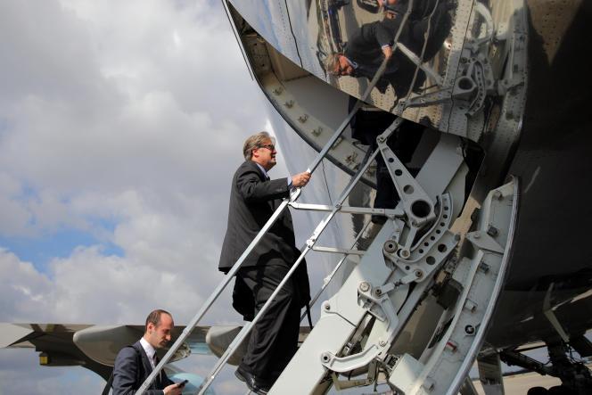 Stephen Bannon et Stephen Miller (à gauche) montent dans l'avion présidentiel Air Force One, le 6 février, à Palm Beach, en Floride.