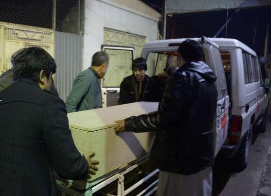 Le corps d'un employé de la Croix-Rouge victime de l'attaque est transportédepuis l'hôpital de Mazar-i-Sharif (Afghanistan), le 8 février.