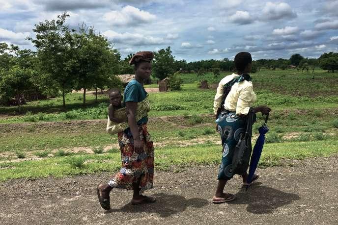 Deux femmes sur la route du marché sur la M1, dans le district de Nsanje.