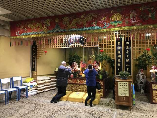 On accède à ce temple bouddhiste en traversant une galerie commerciale 100%chinoise.