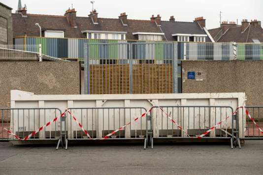 L'entrée d'un bâtiment de l'association Secours catholique rue de Moscou à Calais bloquée par la Mairie le 9 février.