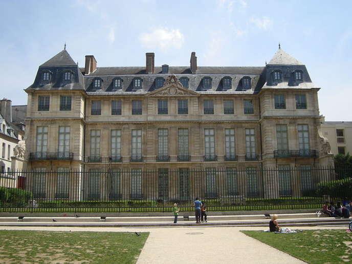 Au premier étage, côté jardin, vue des fenêtres classées du Musée national Picasso-Paris.