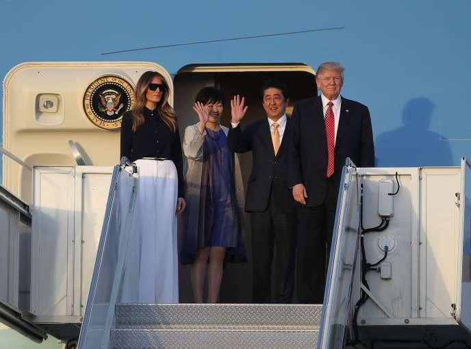 Le président américain Donald Trump, son épouse Melania, le premier ministre japonais Shinzo Abe et sa femme Akie sortent de l'avion présidentiel Air Force One à Palm Beach, en Floride, le 10 février 2017.