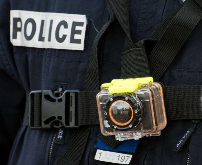 Le ministre de l'intérieur a annoncé la mise en place de quelque 2600caméras mobiles «avec déclenchement automatique».