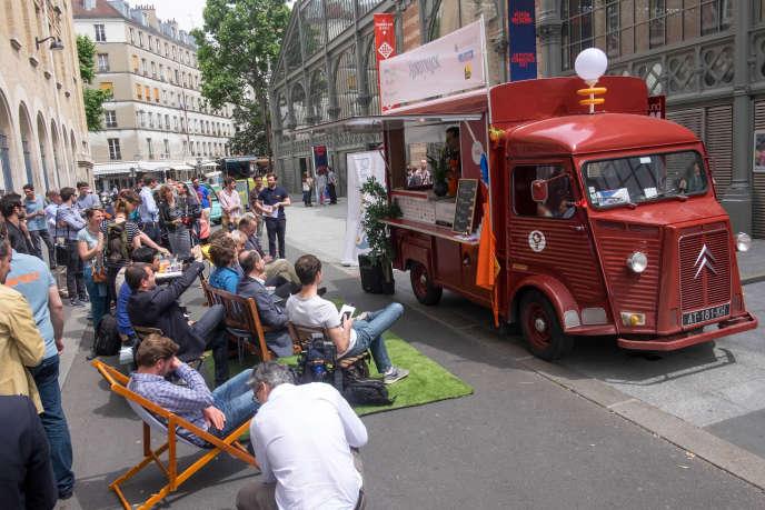 Le camion de financement de start-up Fundtruck lors d'uneétape à Paris, en juin2016.