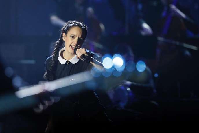 La chanteuse Jain sur scène lors des Victoires de la musique, le 10 février 2017, à Paris.