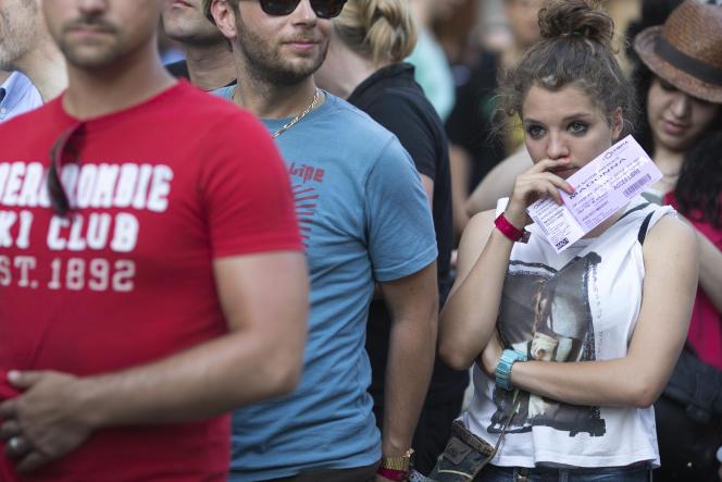 Des spectateurs à l'entrée d'un concert de Madonna à Paris en 2012.