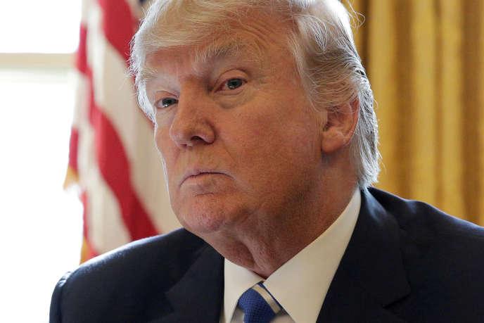 """«La victoire du président Trump marquera, s'il fait ce qu'il dit, la fin de la phase libérale des mondialisations et le déclin complet de l'empire américain. Elle ouvrira une phase """"mercantiliste""""de l'économie mondiale». (Photo : Donald Trump dans le Bureau ovale de la Maison Blanche, le mercredi 8 février)."""