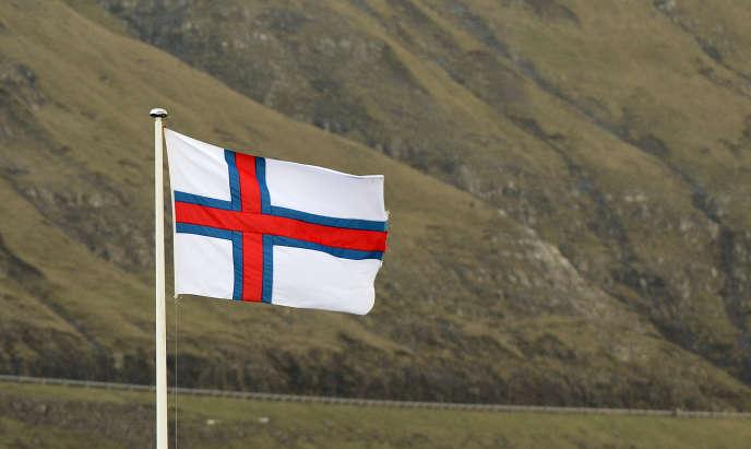 Le drapeau féroïen dans la commune de Vastmanna, sur l'île de Streymoy en 2012.