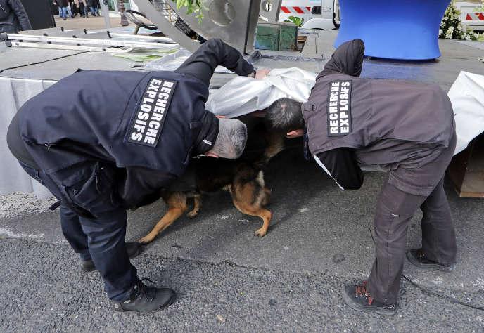 Recherche d'explosifs par la brigade canine lors du carnaval de Nice le 11 février.