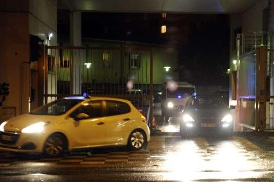 Un convoi de policiers, le 11 février à Montpellier, où quatre personnes soupçonnées de préparer un attentat ont été interpellées.